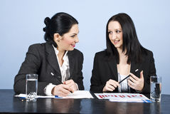 Bedrijfs vrouwengesprek op vergadering stock foto