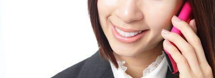 Bedrijfs vrouwenglimlach die mobiele telefoon spreekt Royalty-vrije Stock Afbeelding