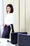 Bedrijfs vrouwenportret in het bureau Stock Fotografie