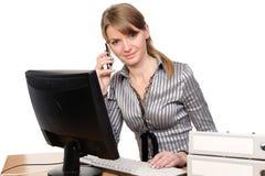 Bedrijfs vrouwenportret voor haar computer Stock Foto's