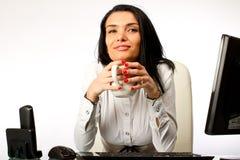 Bedrijfs vrouwenzitting bij bureau Stock Fotografie