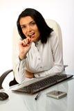 Bedrijfs vrouwenzitting bij bureau met pen Stock Afbeeldingen