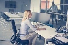 Bedrijfs vrouwenzitting in bureau Vrouw die pauze in het werk hebben royalty-vrije stock afbeeldingen
