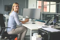 Bedrijfs vrouwenzitting in bureau Vrouw die pauze in het werk hebben Lo stock foto's