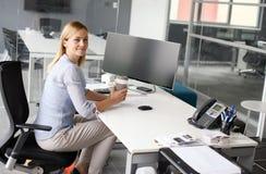 Bedrijfs vrouwenzitting in bureau Vrouw die pauze in het werk hebben Lo royalty-vrije stock fotografie