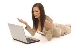 Bedrijfs vrouwenzitting met computer Stock Afbeeldingen
