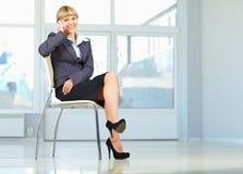 Bedrijfs vrouwenzitting op stoel royalty-vrije stock fotografie