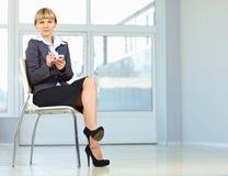 Bedrijfs vrouwenzitting op stoel stock afbeeldingen