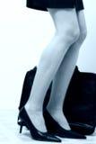 Bedrijfs womans benen naast aktentas Royalty-vrije Stock Foto