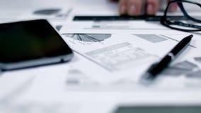 Bedrijfsachtergrond met grafiek, glazen en pen stock video