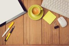 Bedrijfsachtergrond met tablet, toetsenbord en koffiekop Mening van hierboven Stock Foto's