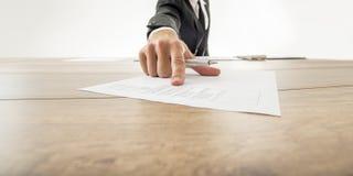 Bedrijfsadviseur die aan een stuk van document met statistisch tonen royalty-vrije stock foto
