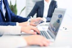 Bedrijfsadviseur die financiële cijfers analyseren Royalty-vrije Stock Afbeeldingen