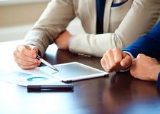 Bedrijfsadviseur die financiële cijfers analyseren die de vooruitgang in het werk aanduiden Royalty-vrije Stock Afbeelding