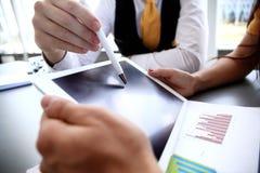 Bedrijfsadviseur die financiële cijfers analyseren die de vooruitgang in het werk van bedrijf aanduiden Stock Foto's