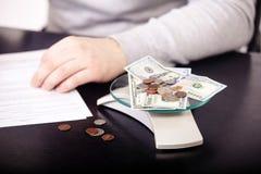 Bedrijfsadviseur die financiële cijfers analyseren die de vooruitgang in het werk van het bedrijf aanduiden Stock Afbeelding