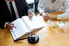 Bedrijfsadvocaatrechter die over wettelijk de wetgevingsoverleg werken met verzekering met hamer en saldo voor het beslissen over stock afbeeldingen