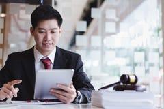 Bedrijfsadvocaten die celtelefoon voor contactklant met behulp van met messingsschaal op houten bureau in bureau royalty-vrije stock foto's