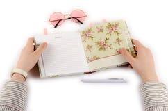 Bedrijfsagenda, pen, glazen en handen stock afbeeldingen