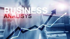 Bedrijfsanalysediagrammen en grafieken op het virtuele scherm Financieel en technologieconcept met vage achtergrond royalty-vrije illustratie