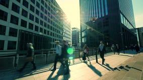 Bedrijfsberoeps die gaan werken office gebouwen stock video