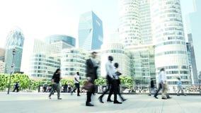 Bedrijfsberoeps die in langzame motie lopen office gebouwen stock videobeelden
