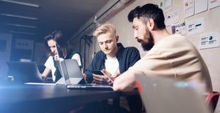 Bedrijfsberoeps op het werk ogenblikken Groep jonge zekere coworking mensen die gegevens analyseren die computer met behulp van t royalty-vrije stock fotografie