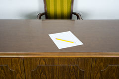 BedrijfsBureau en Stoel Leeg document Potlood Royalty-vrije Stock Fotografie