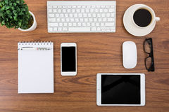 Bedrijfsbureau met een toetsenbord, een muis en een pen Stock Afbeeldingen