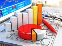 bedrijfsbureauconcept Grafiek en grafieken op laptop toetsenbord Royalty-vrije Stock Foto