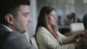 bedrijfsbureauconcept Man en vrouw op een vergadering in het bureau stock video
