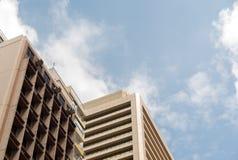 Bedrijfsbureaugebouwen met blauwe hemel Royalty-vrije Stock Afbeeldingen