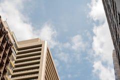 Bedrijfsbureaugebouwen of wolkenkrabbers met wolken blauwe hemel Royalty-vrije Stock Afbeeldingen