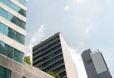 Bedrijfsbureaugebouwen of wolkenkrabbers met wolken blauwe hemel Royalty-vrije Stock Fotografie