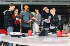 Bedrijfsbureauverbinding Eigentijds het Werk Concept Groep van zes medewerkers in vrijetijdskleding het drinken koffie en stock afbeelding