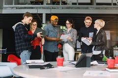 Bedrijfsbureauverbinding Eigentijds het Werk Concept Groep van zes medewerkers in vrijetijdskleding het drinken koffie en stock afbeeldingen