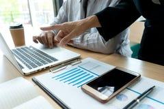 In bedrijfsbureauzakenman in de grafiek van vergaderingsanalyses stock afbeeldingen