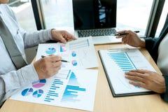 In bedrijfsbureauzakenman in de grafiek van vergaderingsanalyses royalty-vrije stock afbeeldingen