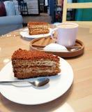 Bedrijfscappuccinokoffie met van het de koffiedessert van de roomcake het het comfort zoete leven royalty-vrije stock fotografie
