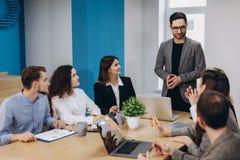 Bedrijfscollega's in conferentievergaderzaal tijdens presentatie stock foto