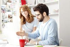 Bedrijfscollega's die aan laptop werken Royalty-vrije Stock Foto