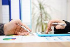 Bedrijfscollega's die aan project met tablet samenwerken comp stock afbeelding