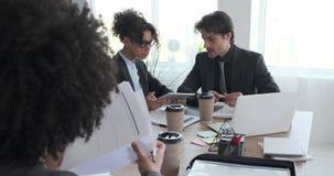 Bedrijfscollega's die administratie doen en digitale tablet gebruiken stock videobeelden