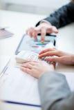 Bedrijfscollega's die bedrijfsstatistieken vergelijken Royalty-vrije Stock Fotografie