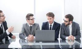 Bedrijfscollega's die businessplan bespreken op de vergadering stock foto's