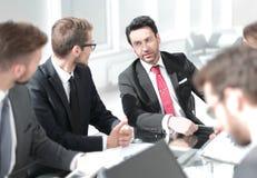 Bedrijfscollega's die een nieuw businessplan bespreken stock afbeeldingen