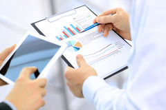 Bedrijfscollega's die en financiële cijfers werken analyseren op een digitale tablet Royalty-vrije Stock Foto