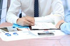 Bedrijfscollega's die en financieel fig. samenwerken analyseren Stock Foto's