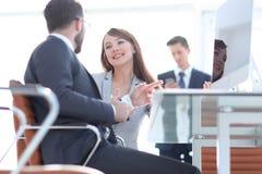 Bedrijfscollega's die in het bureau spreken stock foto