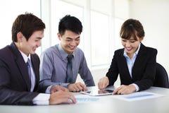 Bedrijfscollega's die in het bureau werken royalty-vrije stock afbeelding